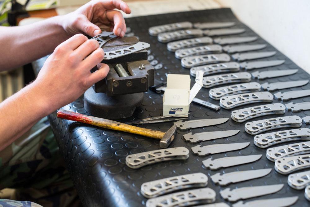 Ručná výroba noža. Foto – Peter W. Haas