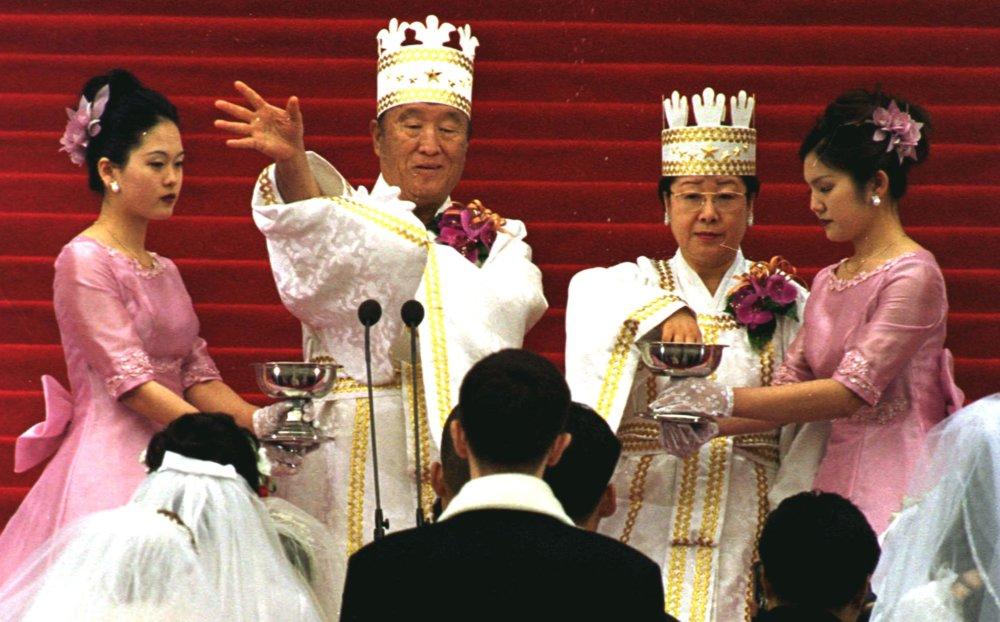 Už zosnulý revered Mun požehnáva párom na hromadnej svadbe. Foto – TASR