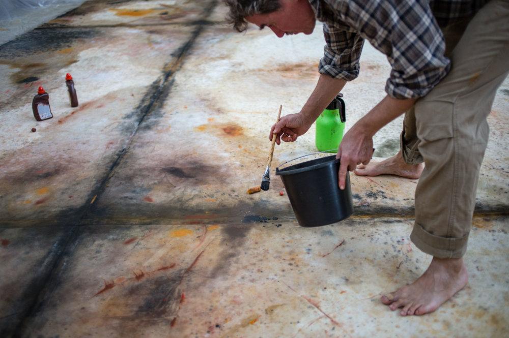 Práca s pigmentami má svoje špecifiká, farby sa fixujú akrylátovým roztokom zmiešaným s vodou, potom plátno musí uschnúť. Foto N - Tomáš Benedikovič