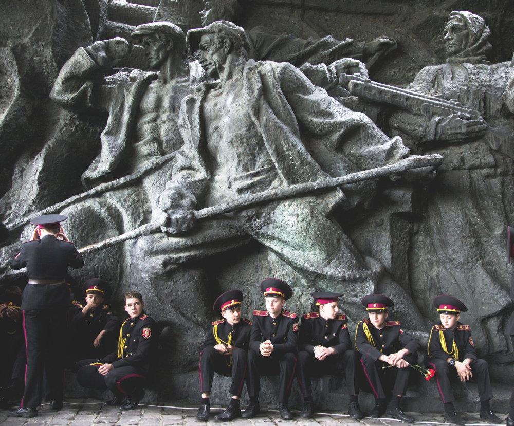 Ukrajinskí kadeti pri pamätníku II. svetovej vojny. Práve na Ukrajine sa udialo množstvo vojnových zločinov. foto - TASR/AP