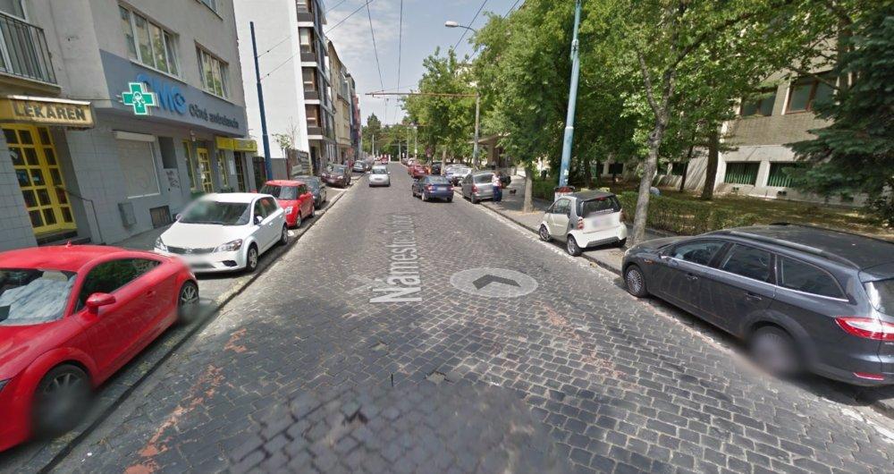 Stačí však letmý pohľad na bratislavskú ulicu a vidíme koľko miesta má auto, koľko chodec a koľko cyklista. FOTO: Maps.google.com