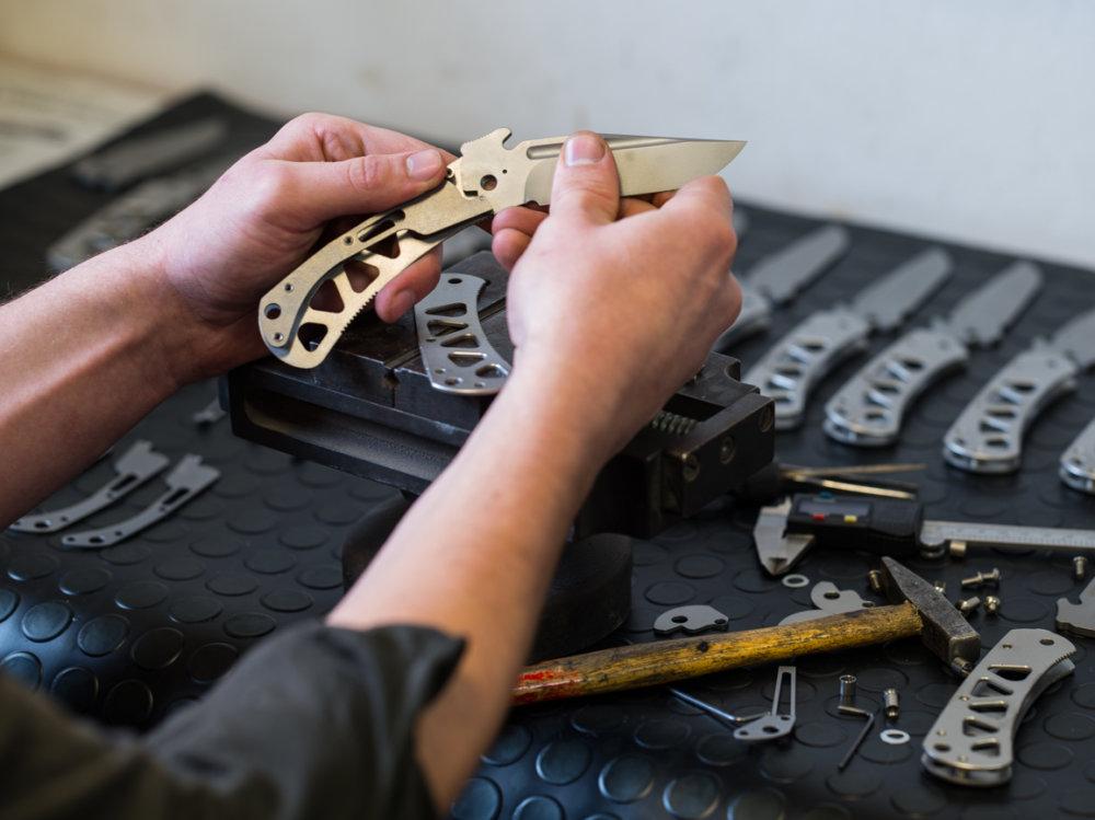 Výroba noža. Foto – Peter W. Haas