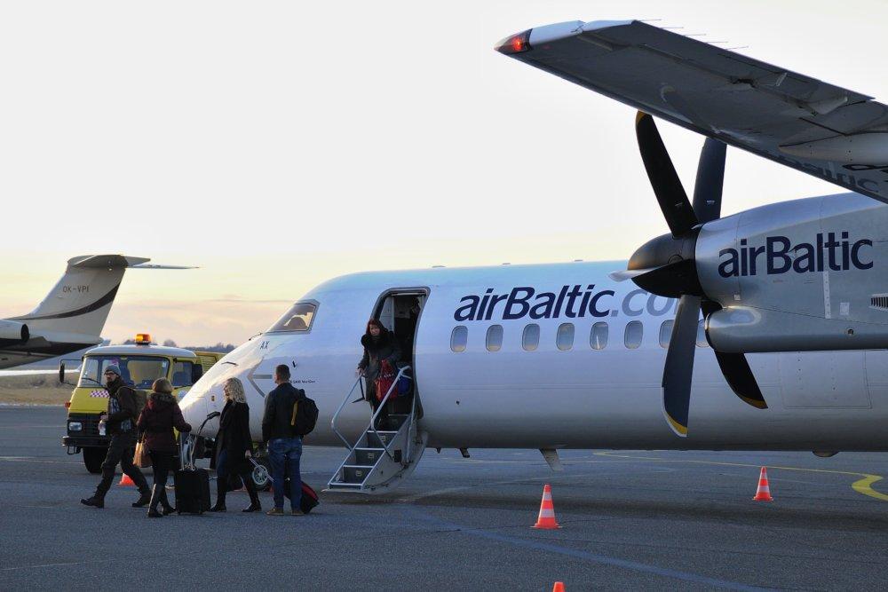 Bombardier Q400 lotyššského Air Baltic roluje na letisku Poprad – Tatry počas prvého letu novej leteckej linky medzi Popradom a Rigou v Poprade 13. decembra 2014. Foto - TASR