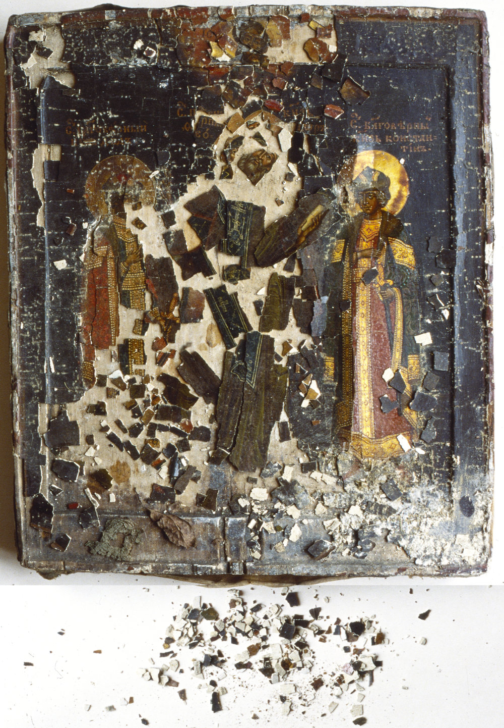 Ruská ikona: Traja svätci (sv. Dávid, sv. Teodor a sv. Konštantnín, 18. storočie. Pri neopatrnom manipulovaní a po uložení v zlých podmienkach bola takmer úplne zničená.