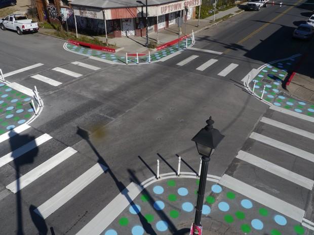 Rozšírenie chodníkov v propech skrátenia priechodov a zároveň prevencia voči parkovaniu pred priechodmi Foto: http://cdn.citylab.com/