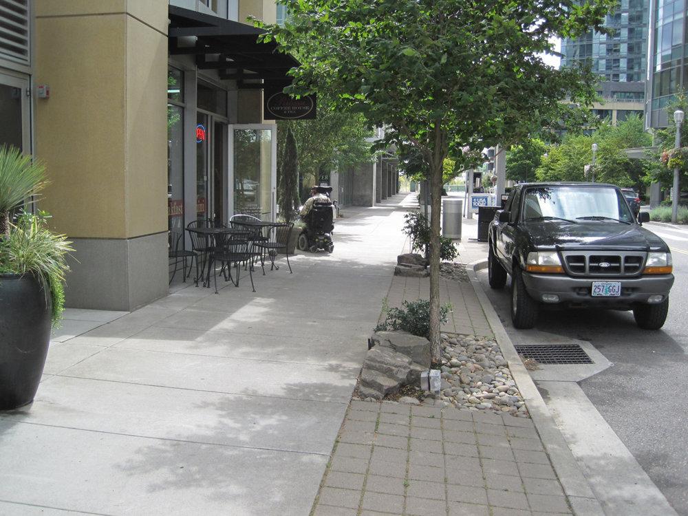 Ulice v duchu logiky autá na cestu, chodci na chodník. Foto: www.westsideaction.com