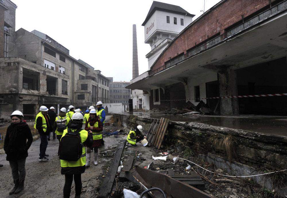Prehliadka spustnutého areálu Steinu v roku 2014. Foto - TASR