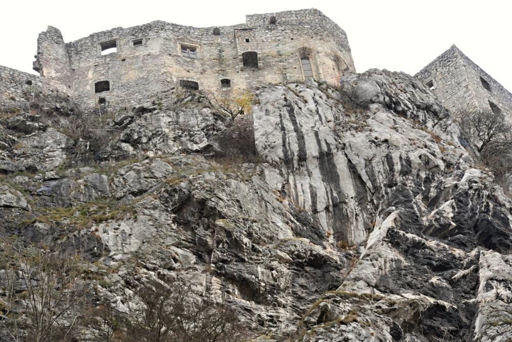 Hrad Strečno a bralo, na ktorom stojí. Foto - TASR