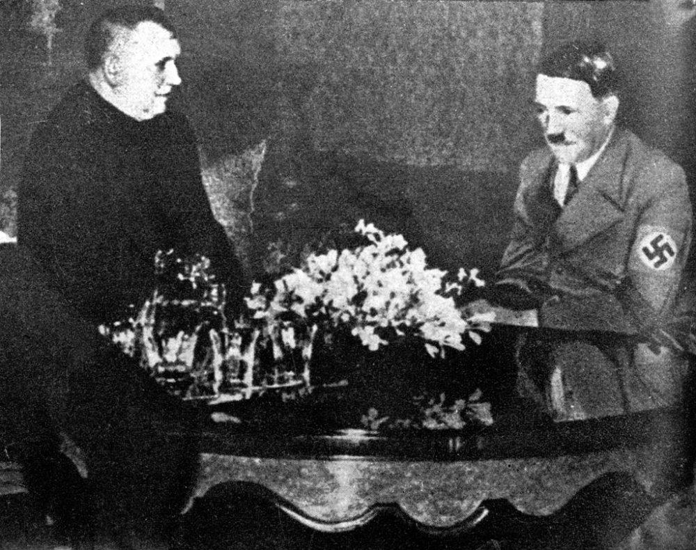 Jozef Tiso na návšteve u r횹ského kancelára Adolfa Hitlera 13. marca 1939. Slovensko neskôr s Nemeckom bojovalo aj na východnom fronte. foto - archív TASR
