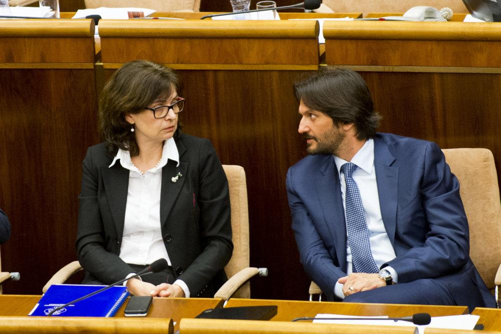 Kolegovia vo vláde počas schôdze Národnej rady. foto - TASR