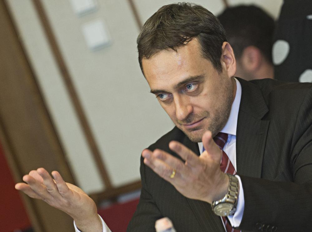 Poslanec SaS Jozef Rajtár sa pozerá na účtovníctvo Ladislava Bašternáka s nedôverou. foto - TASR