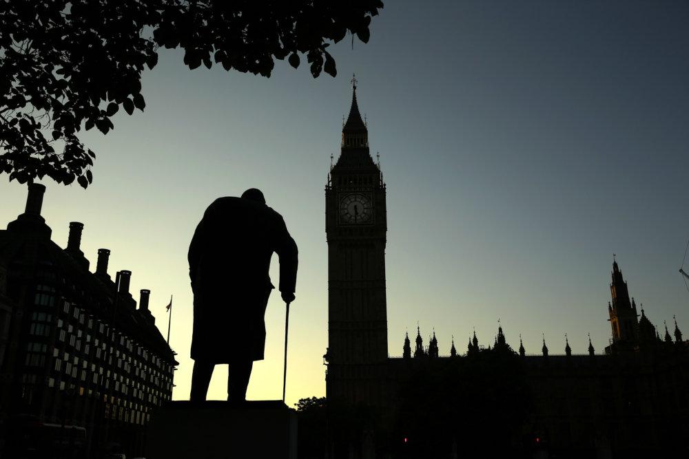 Socha Winstona Churchilla oproti sídlu parlamentu v Londýne. foto - TASR/AP