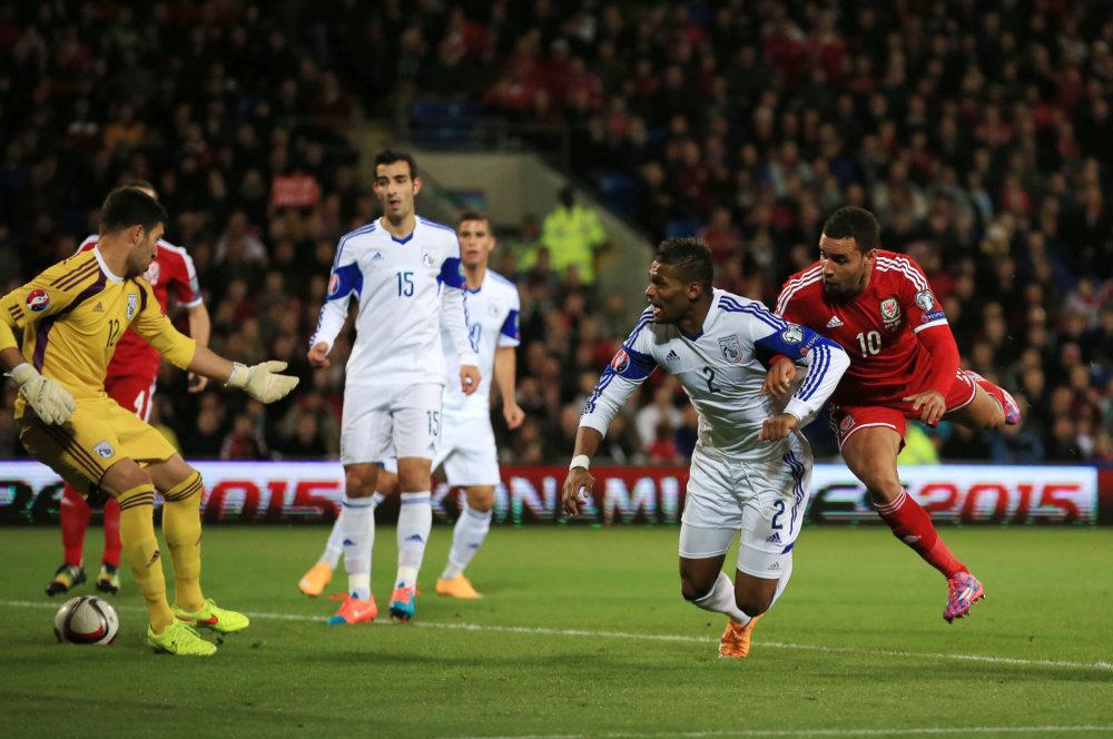 Hal Robson-Kanu (vpravo) sleduje loptu, ktorá smeruje do brány po strele spoluhráča Davida Cotterilla v zápase B-skupiny kvalifikácie EURO 2016 Wales - Cyprus. Foto - TASR