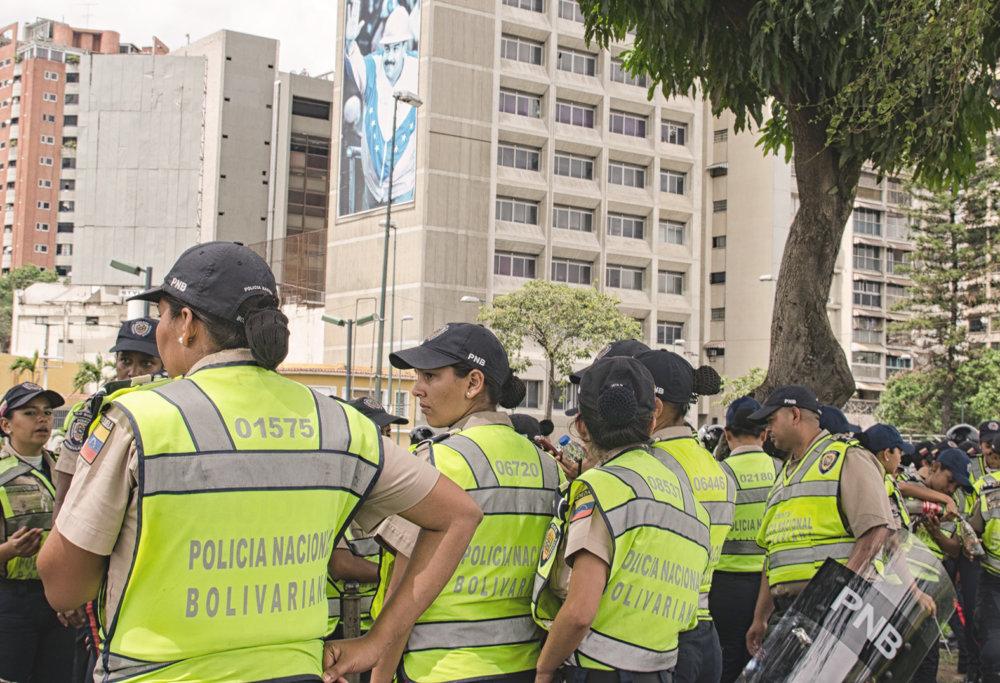 Provládna demonštrácia v centre Caracasu pritiahla menej demonštantov ako policajtov, ktorí ju ochraňujú. Vládne tu priateľská atmosféra. Foto - Tomáš Forró