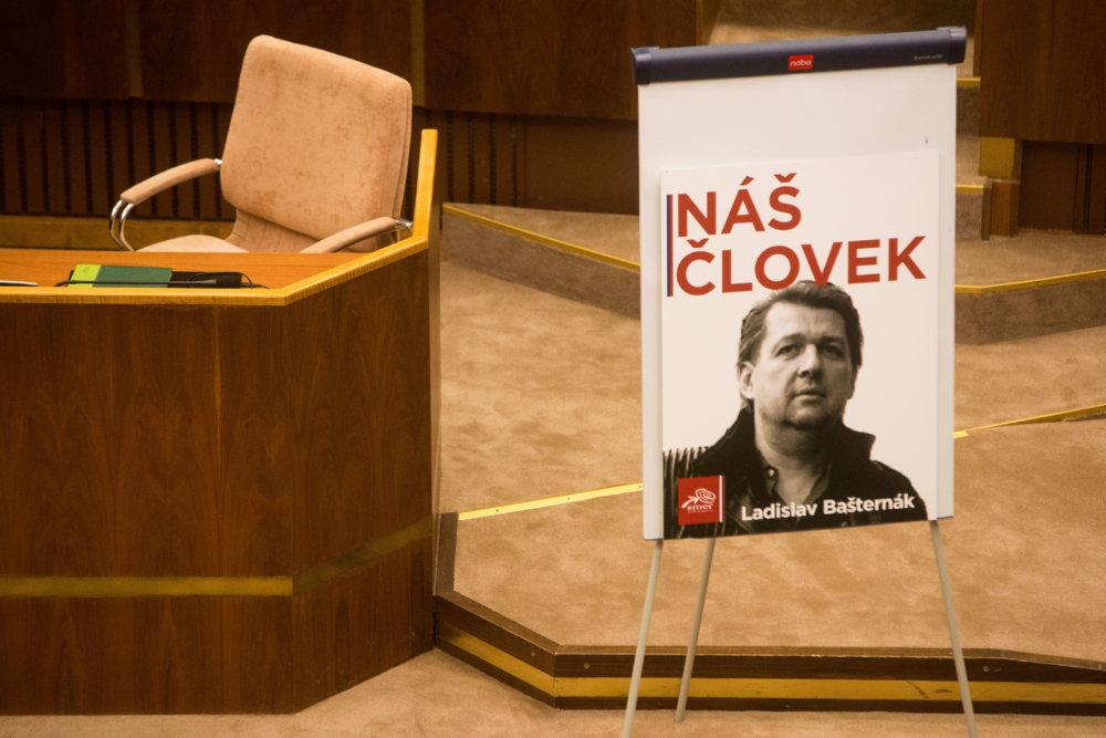 Plagát Ladislava Bašternáka v parlamente počas schôdze, na ktorej opozícia chcela odvolať Kaliňáka. Foto N – Vladimír Šimíček