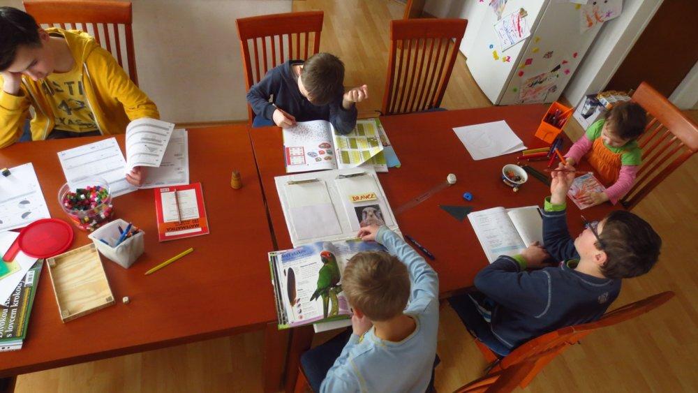 Štyroch synov učí doma. Foto – VK