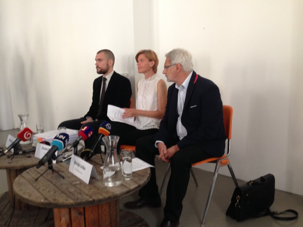 zľava Milan Šagát, riaditeľ Via Iuris, Zuzana Wienk, riaditeľka Aliancie Fair-play, Marián Leško člen Rady Bielej vrany. Foto - N