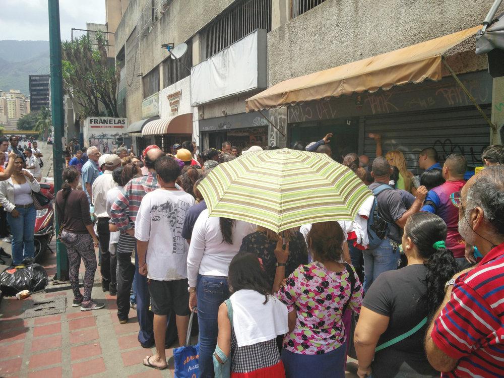Tlačenica pred obchodom s potravimami. Niekoľkohodinové rady na základné potraviny a lieky sú dnes vo Venezuele bežným pohľadom. Foto – Tomáš Forró