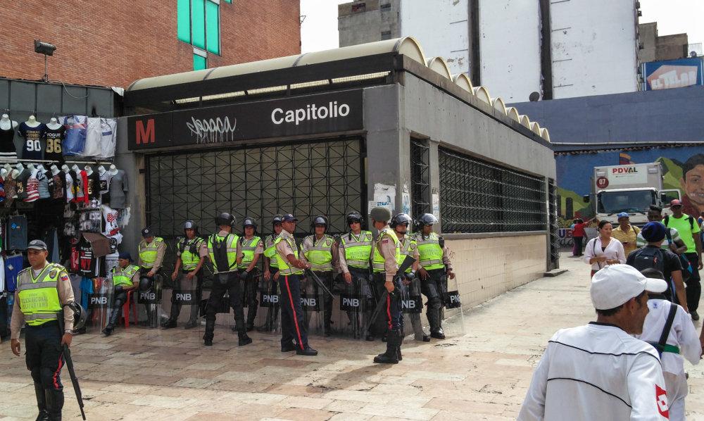 Zásahové policajné jednotky po násilnom rozohnaní demonštrácie v uliciach Caracasu. Foto - Tomáš Forró