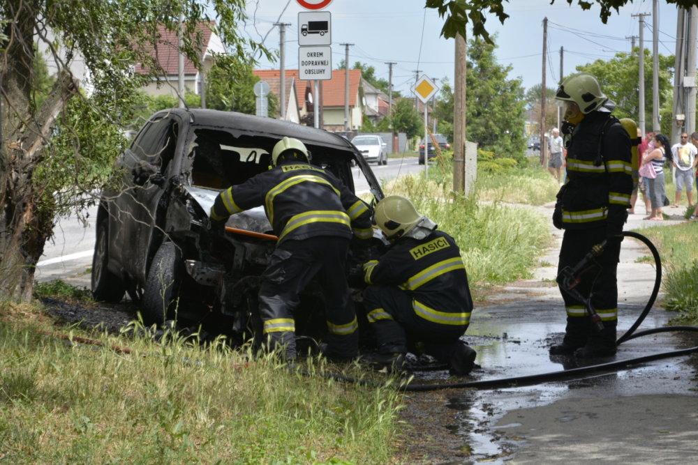 Zhorené auto novinára Milana Majka. Foto - hasiči
