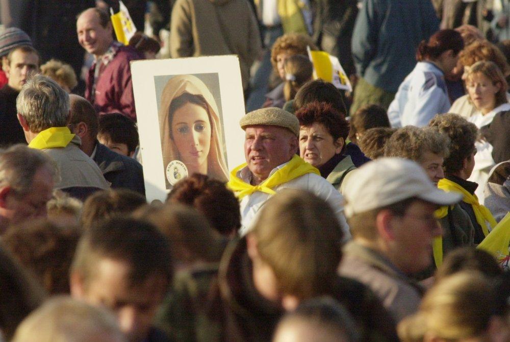 Účastníci svätej omšše, ktorú v roku 2003 v Bratislave celebroval pápežž Ján Pavol II. foto: TASR