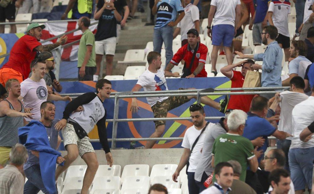 Fanúšikovia Ruska vyvolali konflikt na zápase s Anglickom. UEFA pre to pohrozila tímu vylúčením z ME. Foto - TASR