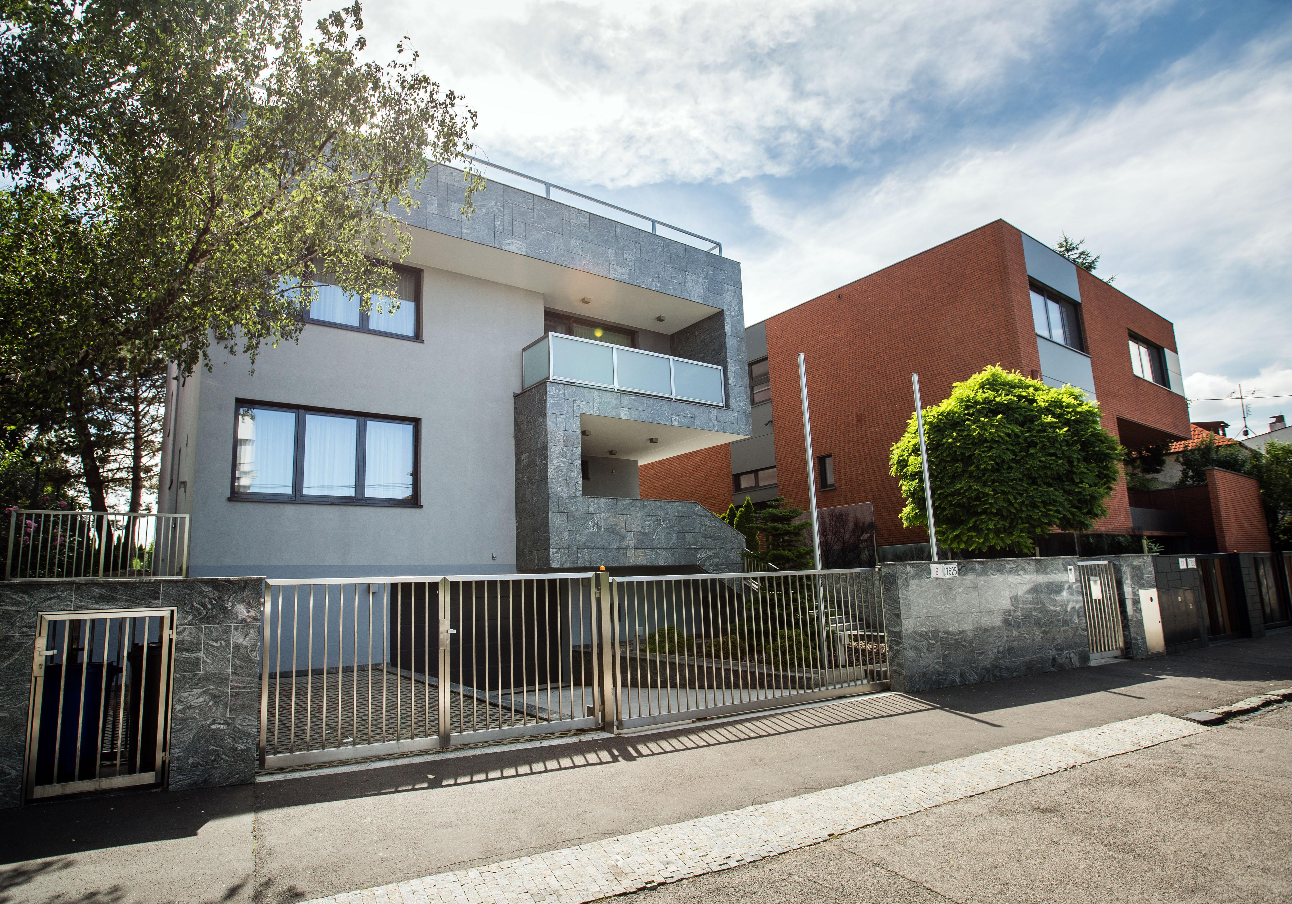 Vľavo dom B.A. Haus na Lubinskej, vpravo je dom MeTIS Consulting. Foto N - Tomáš Benedikovič