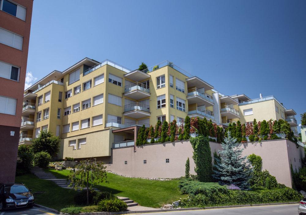 Na zvončeku tohto domu na Tupého je aj meno Bašternák. Foto N - Tomáš Benedikovič