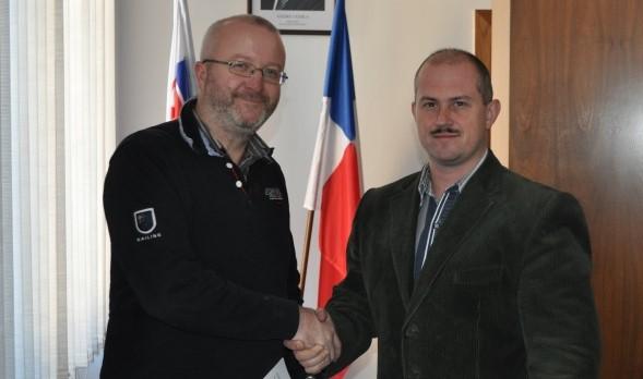 Jančura si v januári 2015 podáva ruku s Kotlebom, ktorý podpísal licenciu na novú autobusovú linku Banská Bystrica - Nitra - Bratislava. Foto - Banskobystrický kraj