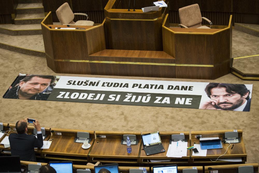 Transparent v parlamente. Foto Tasr