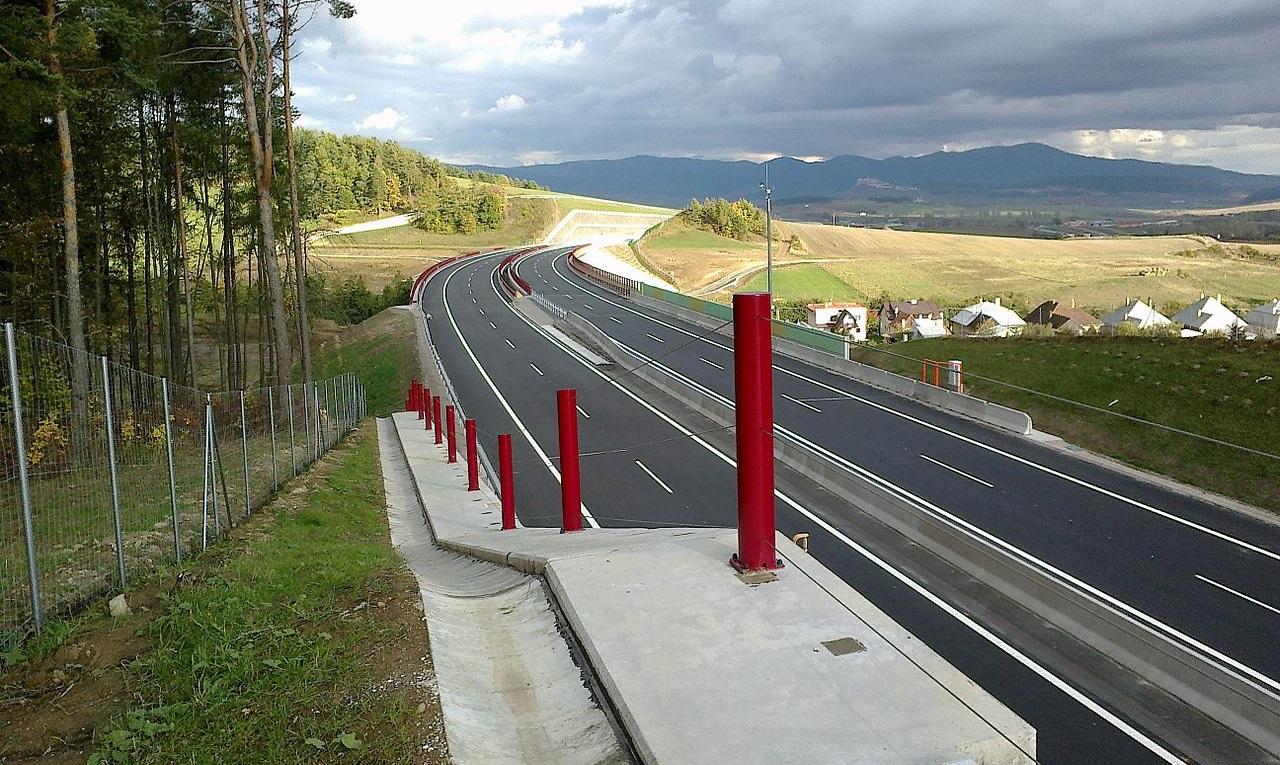 Úsek diaľnice D1 Jánovce-Jablonov na Spiši, na ktorého výstavbu EÚ prispela sumou 156 miliónov eur (približne štyri pätiny celkových nákladov). Zdroj – atolentak, Wikimedia Commons
