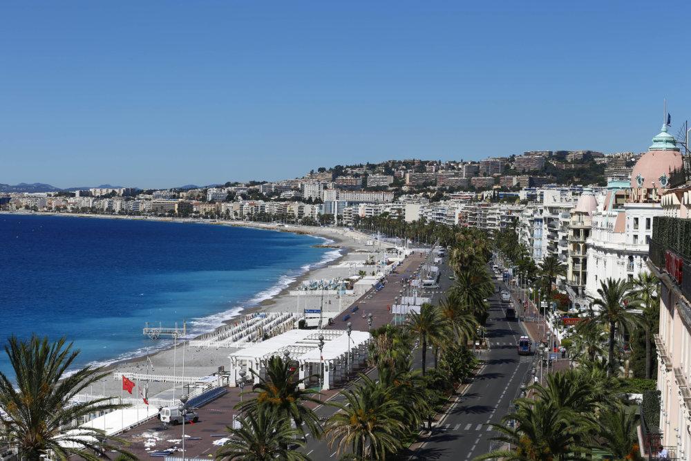 Miesto teroristického útoku na promenáde v Nice. Mnohí pred vrahom utekali do mora. Foto - ap