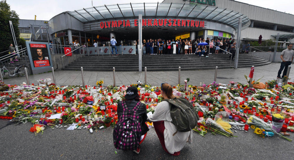 Pred mníchovským obchodným centrom. FOTO - TASR/AP