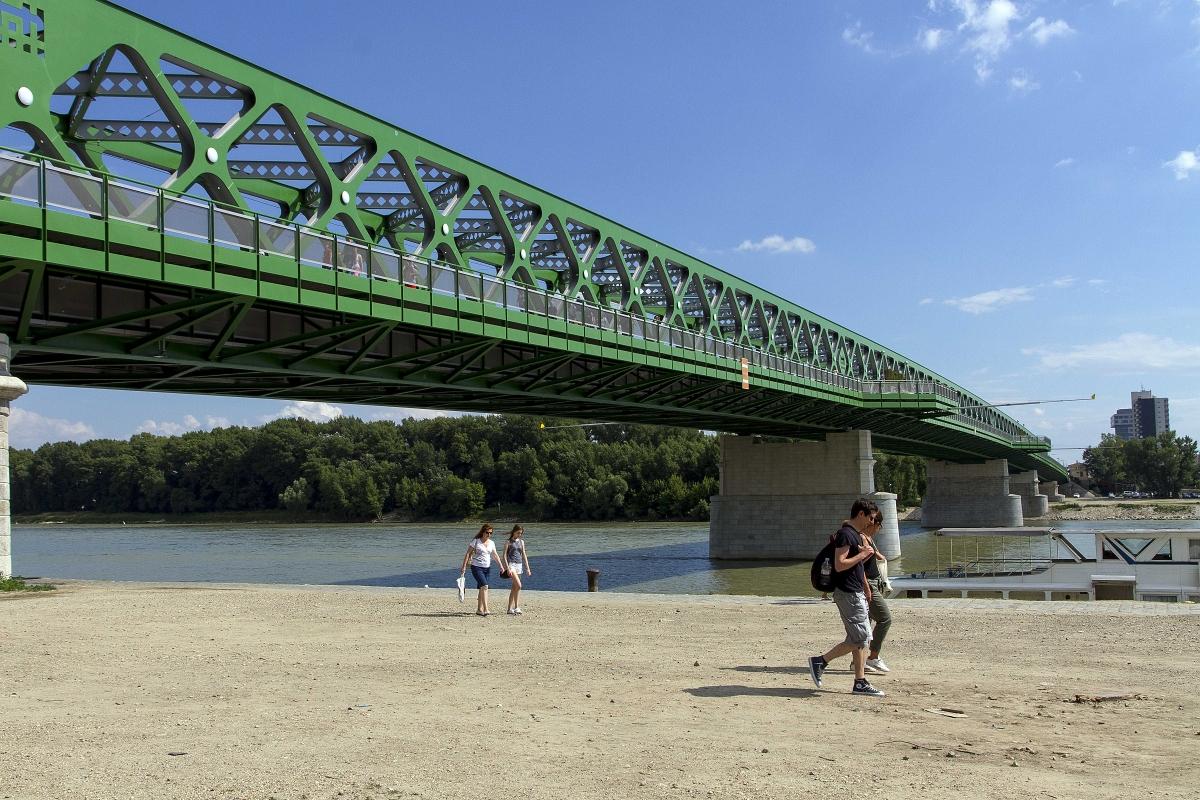 Priestor pod mostom na bratislavskej strane mosta. (foto: Kocian)