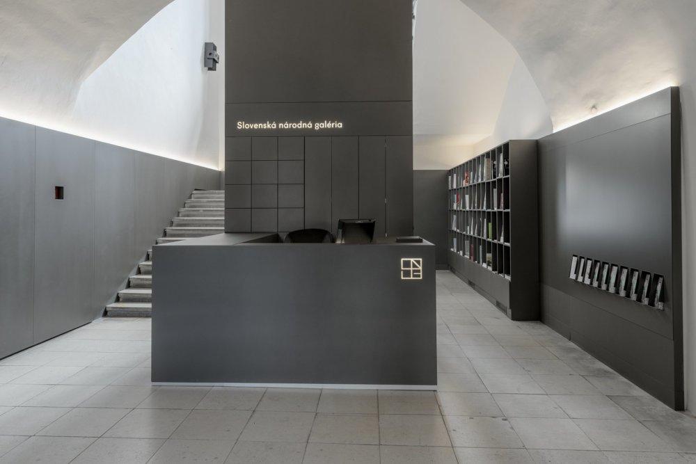Nový vstupný pult s knižnicou vo Zvolenskom zámku. Foto - Martin Dökereš