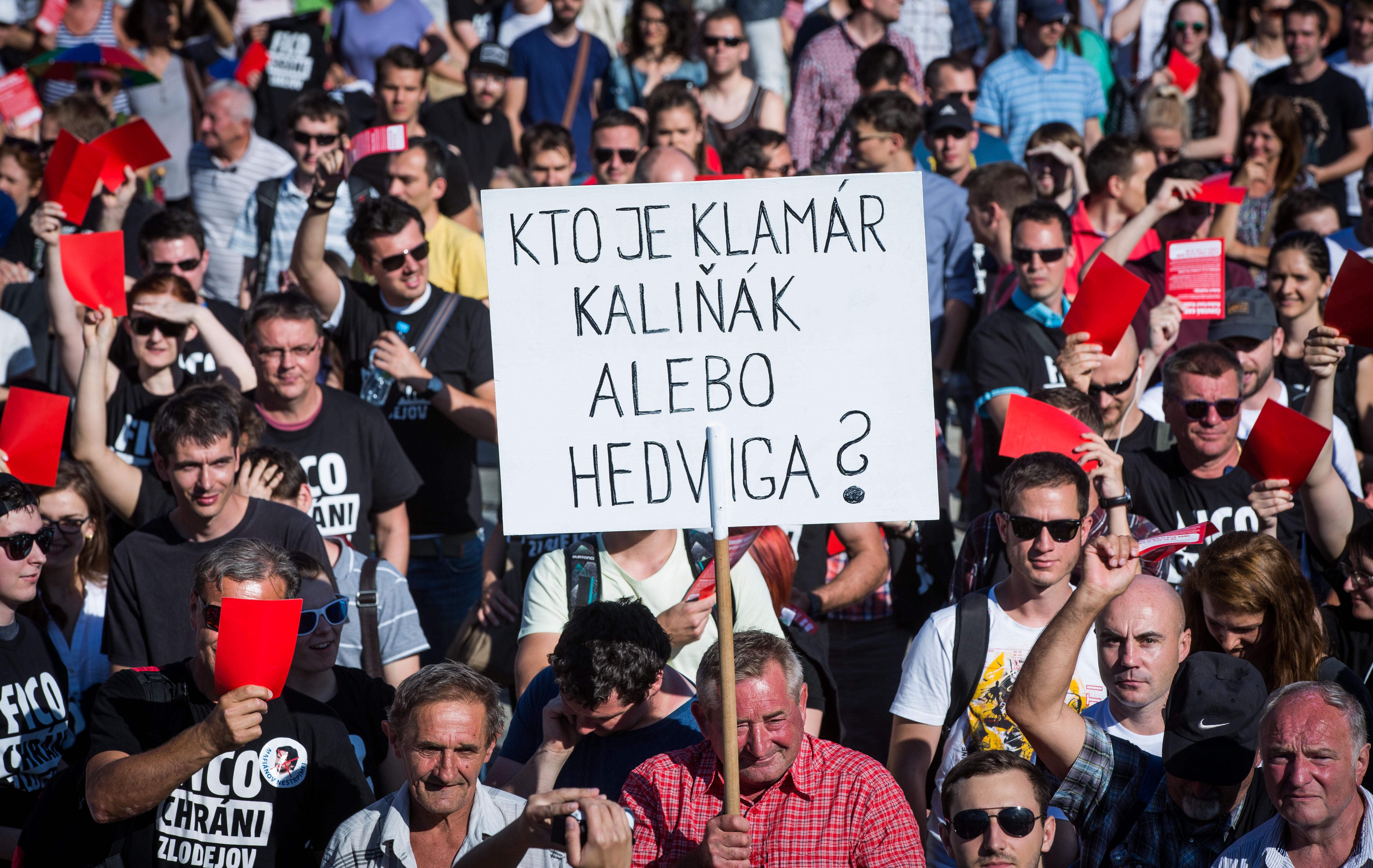 Otec Hedvigy Malinovej s transparentom. Foto N - Tomáš Benedikovič