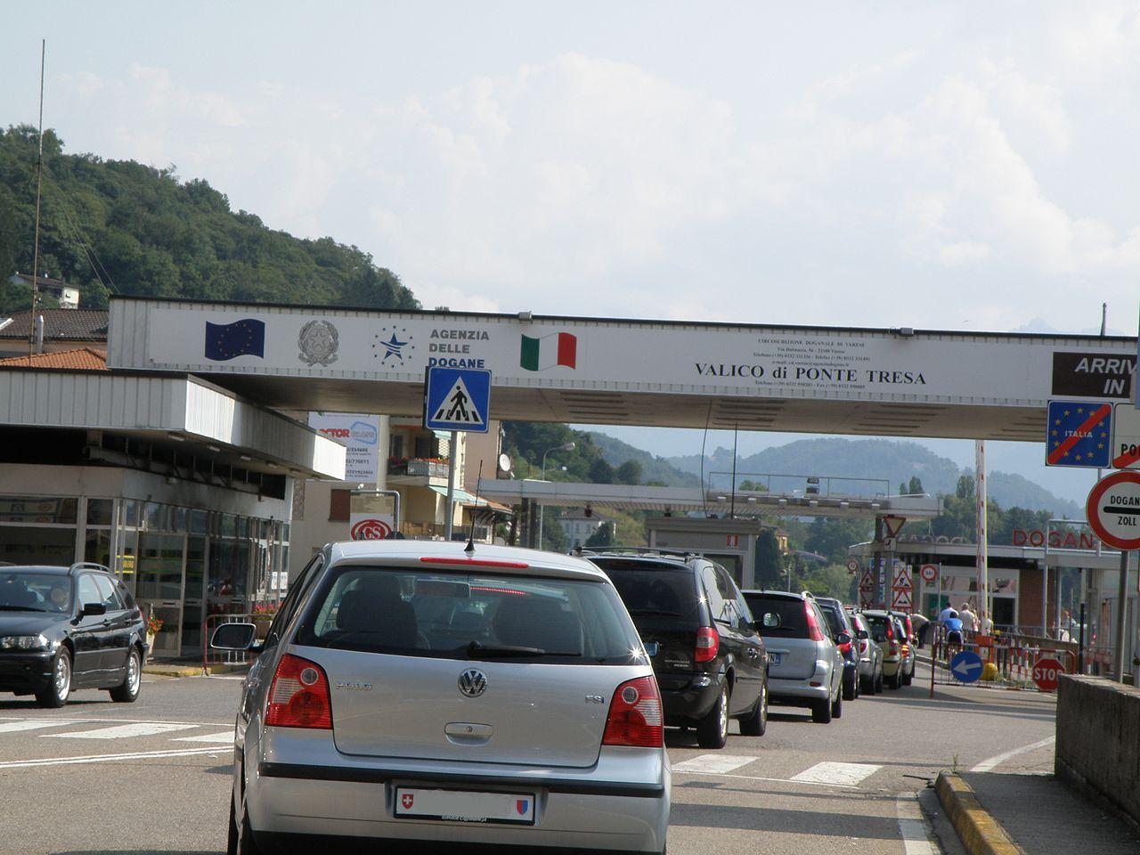 Hraničný priechod medzi Talianskom a Švajčiarskom. Zdroj – Diego Menna, Wikimedia Commons