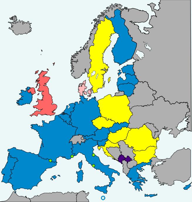 Eurozóna po poslednom rozšírení v roku 2015. Zelenou farbou sú označené štáty, ktoré používajú euro na základe menovej dohody s eurozónou. Tmavomodrou farbou sú označené štáty, ktoré používajú euro bez dohody s EÚ. Zdroj – Ignis Fatuus, Wikimedia Commons