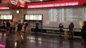 """""""Dovolenkou v Turecku podporujete len Erdoğana-"""" Letisko Viedeň (i-hizliresim.com)"""