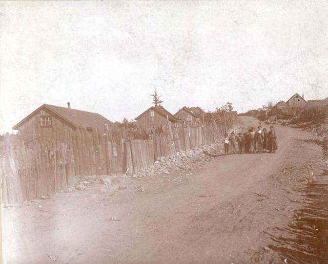 Takto vyzerali domy v banskom mestečku Lattimer. Domy boli postavené z drevenných dosiek. Zdroj - Pennsylvania State Archives