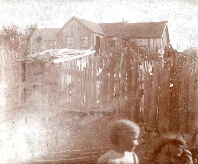 Matka s dcérou pred domom v Lattimeri. Zdroj - Pennsylvania State Archive