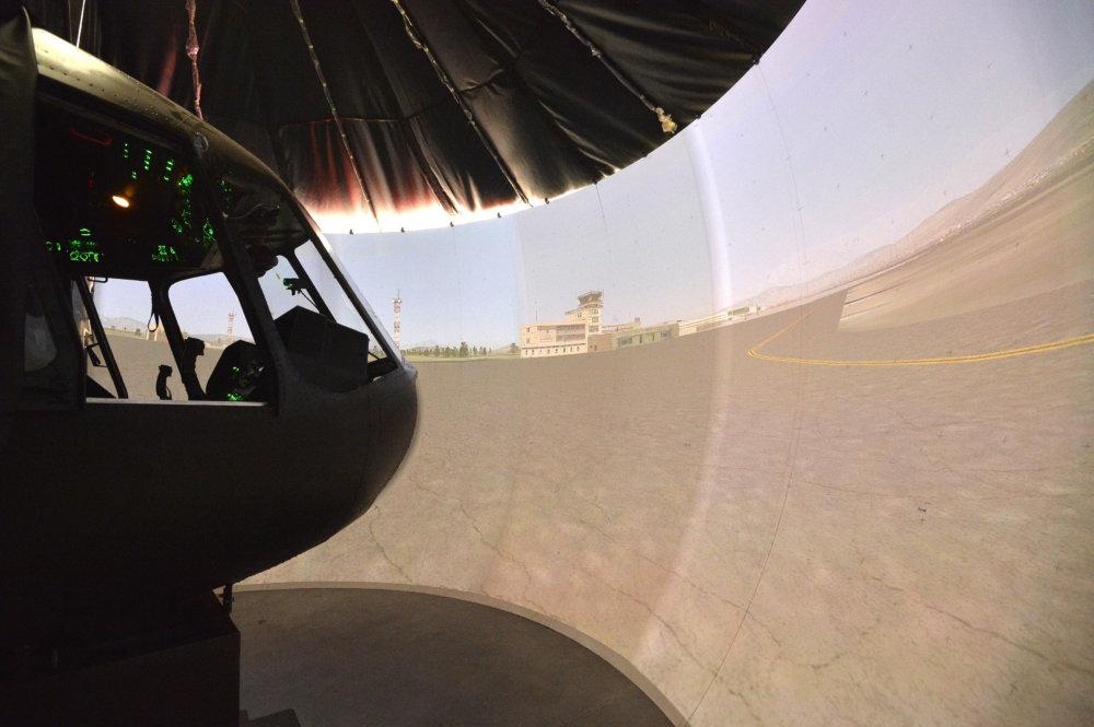 V simulátore sú zakomponované originálne súčiastky z reálnych vrtuľníkov, reálne je aj prostredie, v ktorom pilot letí. Foto - TASR