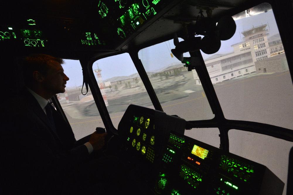 Poh¾ad do kokpitu simulátora vrtu¾níka vyrobeného v trenèianskej spoloènosti 21. mája 2014 v Trenèíne. Piloti na americkej základni Fort Rucker v štáte Alabama absolvujú výcvik na slovenských leteckých simulátoroch. Dva simulátory viacúèelového transportného vrtu¾níka Mi-17 v celkovej hodnote 10 miliónov amerických dolárov dnes v Trenèíne predstavite¾om US Army odovzdali zástupcovia trenèianskej spoloènosti Virtual Reality Media. FOTO TASR - Radovan Stoklasa
