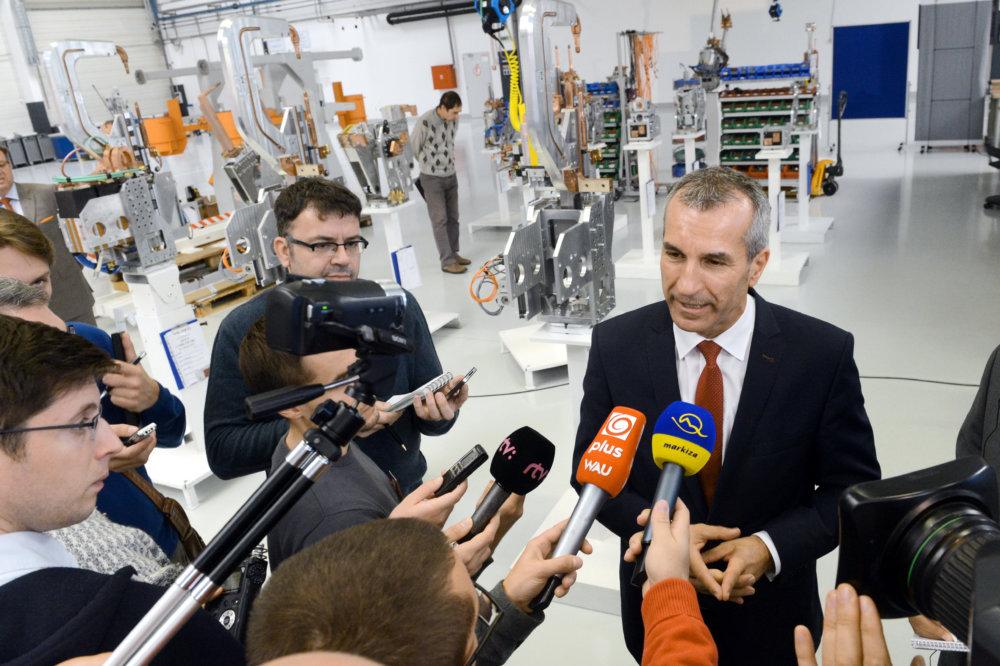 Jeseň 2014: Predseda predstavenstva bratislavského Volkswagenu Albrecht Reimold otvára v blízkosti chystanej vilovej štvrte novú nástrojáreň. Foto - TASR