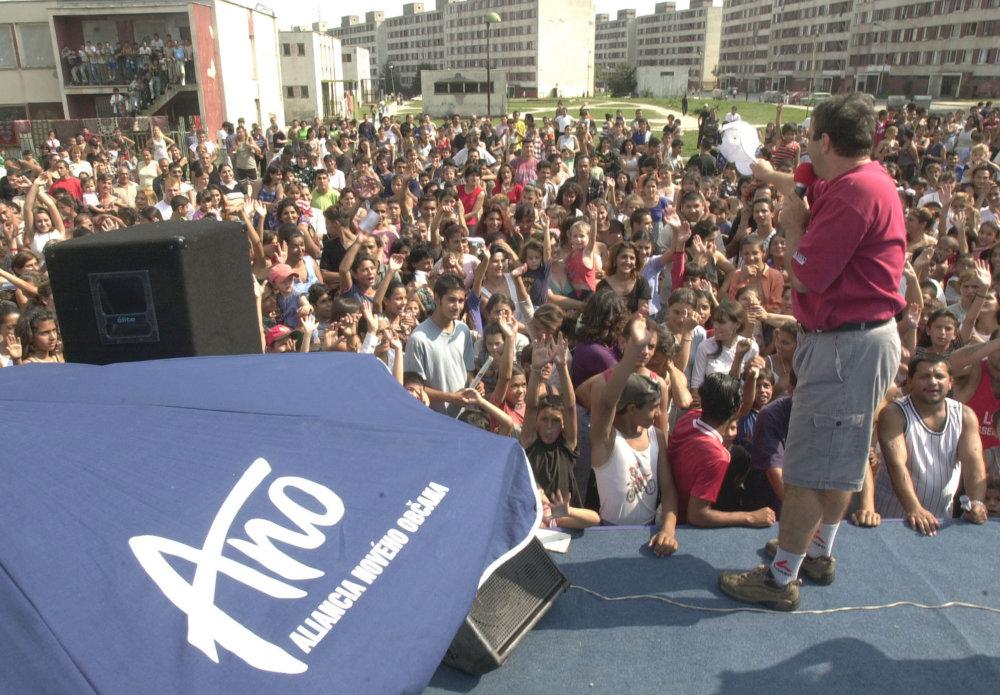 Zabávač Jožo Pročko na mítingu ANO na sídlisku Luník IX. v roku 2002. Foto - TASR