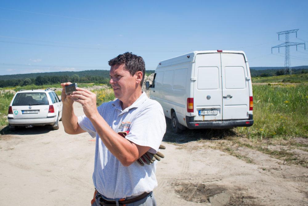 Poslanec zastupiteľstva Peter Balog si fotí novinársku návštevu, ktorá sa ho prišla spýtať na stret záujmov. Foto N - Vladimír Šimíček