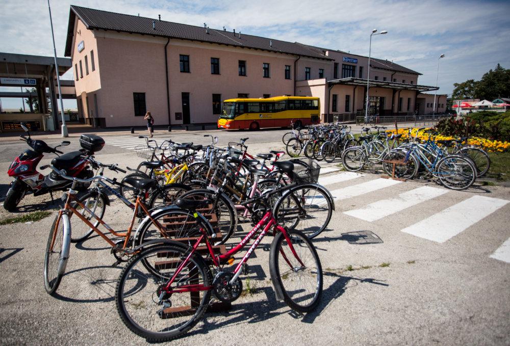 Pred železničnou stanicou nie je kam oprieť bicykel. Foto N - Vladimír Šimíček