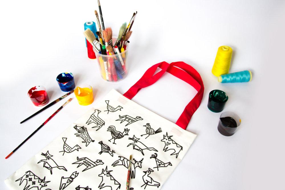 Tašky z dielne Lenky Sršňovej s motívmi z Fullových obrazov, ktoré si budete môcť dotvoriť na dielňach v Ružomberku v rámci projektu Vytvorené na Slovensku. Foto - Igor Pavelek