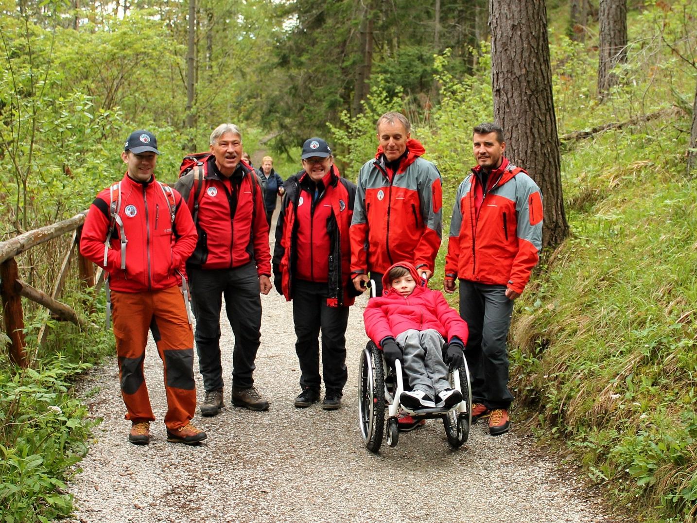 Vitajte v ŠUMNE. Len nedávno, na začiatku leta...Sedem členov Tatranskej horskej služby, dobrovoľníkov, zdvihlo do rúk chlapca aj spolu s vozíkom a prešlo s ním exkurziu Belianskej jaskyne a 860 schodov. Nikto o tom nevedel, nehovoril, nenapísal, nič za to nedostali. A to nebolo všetko.