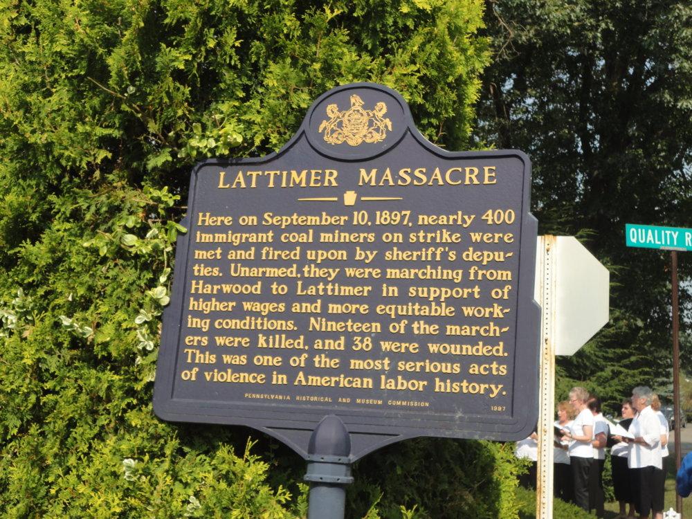 Tabuľa pripomínajúca masaker. Foto - archív Mary Jo Barrettovej